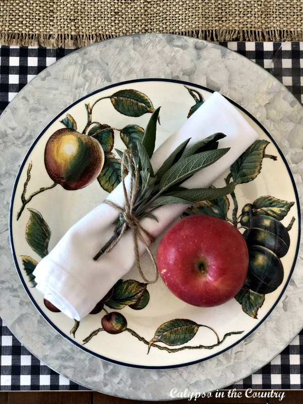 Fruit plates with red apple and napkin on top - Ideas for decorating with apples