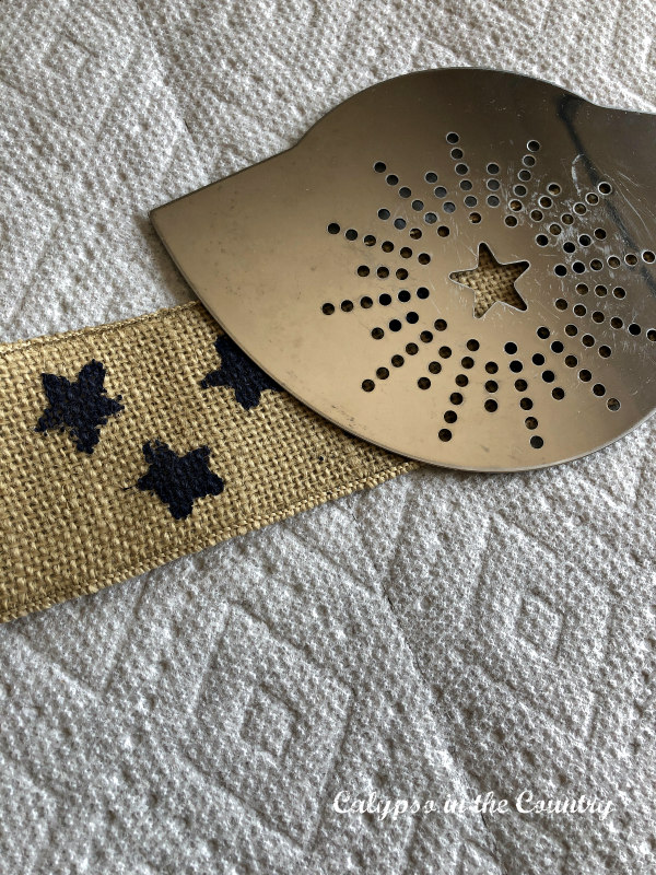 DIY star stencil on burlap - inexpensive patriotic crafts