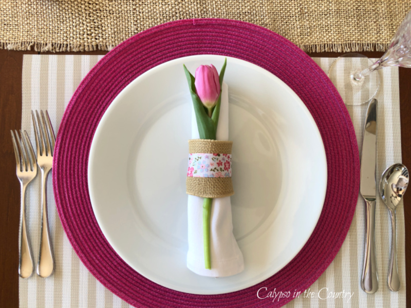 Pink and white place setting with tulip - set and Easter table